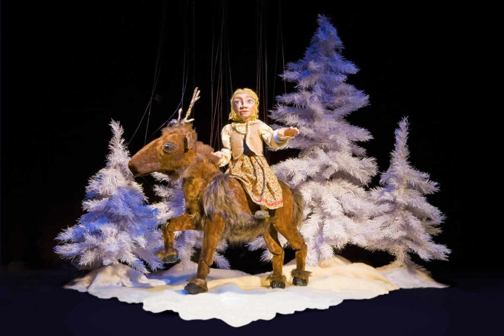 Gerda rides away on the reindeer